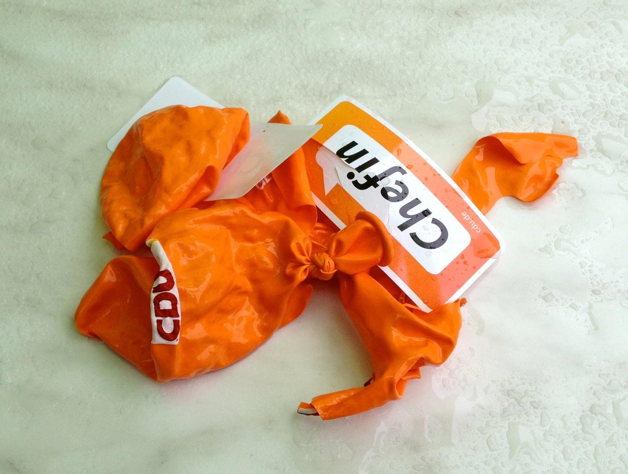 Kaputte orangene CDU-Luftballons